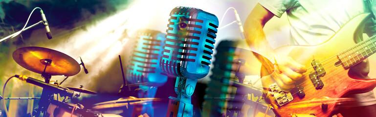 Diseño de música y conciertos.Entretenimiento y festival de música.Batería y guitarra en el escenario.Microfono vintage. Fotobehang