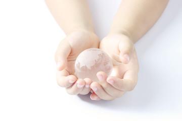 子供の手と地球