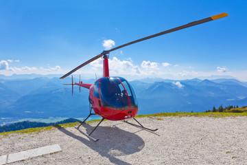 Bergpanorama vom Schafberg in Österreich mit geparkten Helikopter
