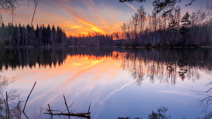 Sonnenuntergang im goldenen Sonnenlicht über einem Bergsee im Erzgebirge. Bergsee in der Nähe von Schneeberg.
