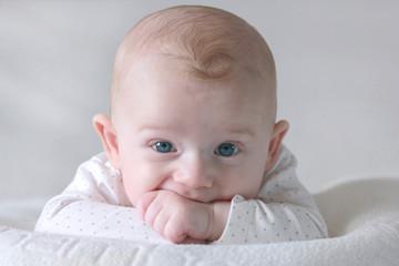Bébé mange ses mains