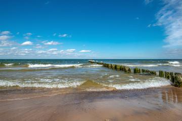 zapora chroniąca plażę w Międzyzdrojach