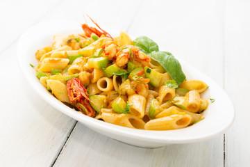 Piatto di pasta con zucchine e gamberetti