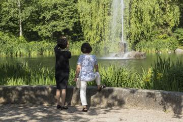 Frau Fotografiert mit Handy Wassefontäne in Baden-Baden