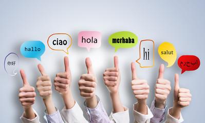 """viele Daumen Hoch und """"Hallo"""" in vielen Sprachen in Sprechblasen"""