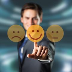 junger Mann wählt freudigen Smiley