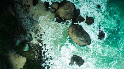 Rochas com ondas no Rio de Janeiro - Praia de Abricó