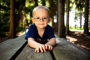 Ein Junge mit der Brille