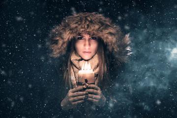 Frau im Schnee - Kerzenlicht
