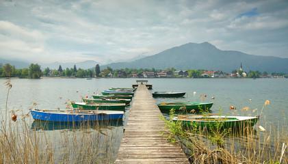 Foto auf AluDibond Himmelblau Ruderboote am Steg