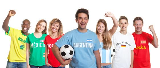 Fröhlicher Fussball Fan aus Argentinien mit anderen Fans