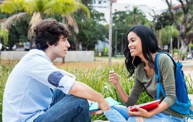 Student diskutieren auf Campus