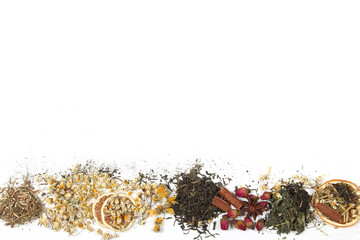 чай и лечебные травы лежат на белом фоне