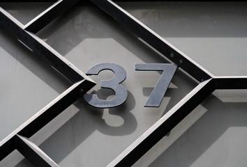 Numéro 37 en métal noir
