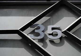 Numéro 35 en fer noir