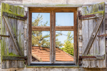 Altes rustikales Fenster eines traditionellen Bauernhofes