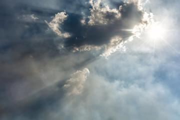 Von Wolken und Smog verdunkelter Sonnenschein