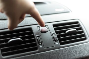 Knopf vom Warnblinker im Auto drücken