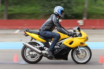 Prova di frenata d'emergenza in moto