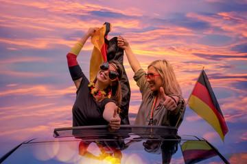 junge Frauen im Auto mit Deutschen Fahnen