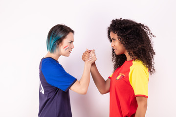 Bras de fer de deux jeunes supportrices de l'équipe d'Espagne et de l'équipe de France