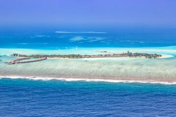Tuinposter Eiland Malediven Insel Urlaub Paradies Meer Panorama Textfreiraum Copyspace Emboodhu Finolhu island Resort Luftbild