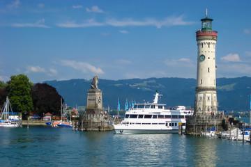 Blick auf die Hafeneinfahrt von Lindau am Bodensee. Bayern, Deutschland.