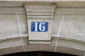 Numéro 16 sur colonne de pierre