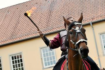 Mittelaltermarkt, eine Kampfszene mit Ritter zu Pferd