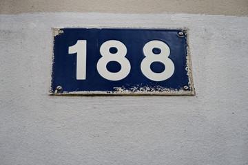 Numéro 188. Chiffres blancs sur plaque bleue..