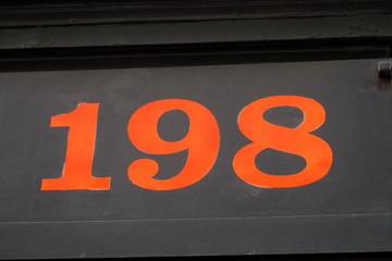 Cent quatre vingt dix huit. 198. Chiffres orange sur fond sombre