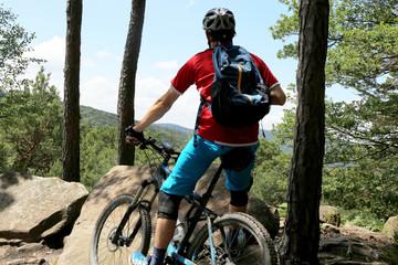 Mountainbiker genießt die Aussicht