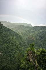 Grüne Berge mit Regenbogen