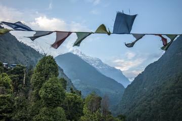 Aussicht Himalayas mit Gebetsfähnchen