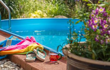 Vorbereitung für ein kühles Bad im kleinen Swimmingpool im Garten