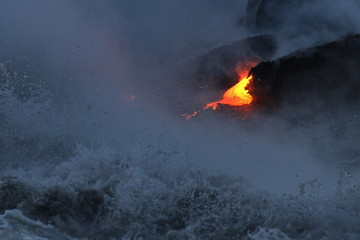 Fond de hotte en verre imprimé Volcan The lava of Kilauea volcano flows into the Pacific Ocean