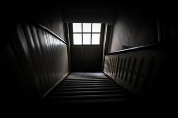 Dunkler Hausflur mit Treppe