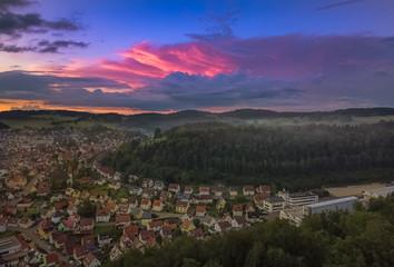 Die Stadt Albstadt auf der bezaubernd Schwäbischen Alb im glühenden Sonnenuntergang mit Stadtblick auf die Berge als tolle Abendstimmung von oben als Aerial / Luftbild zum Sonnenuntergang als Panorama