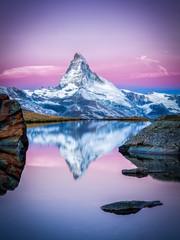 Obraz Matterhorn und Stellisee bei Zermatt in der Schweiz - fototapety do salonu