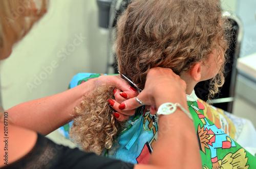 Junge Lasst Sich Beim Friseur Mit Einer Schere Die Langen Gelockten