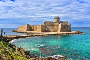 The castle in the Isola di Capo Rizzuto, Calabria, Italy Fototapete