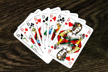 Damenrunde aus Spielkarten