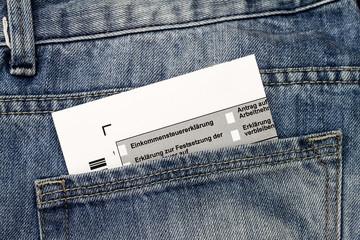 Steuererklärung in Hosentasche