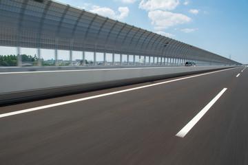 走行中の高速道路の背景イメージ