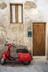 Scooter rosso in strada