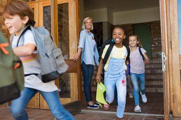 Children running outside school Fotoväggar