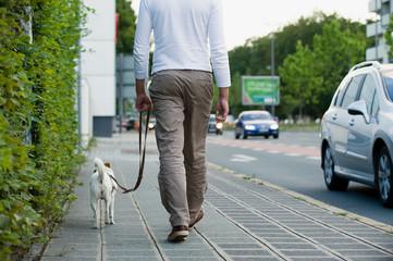 Mann mit Hund in der Stadt