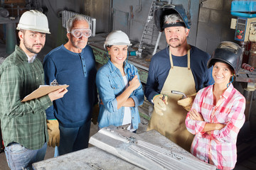 Gruppe Arbeiter als erfolgreiches Team