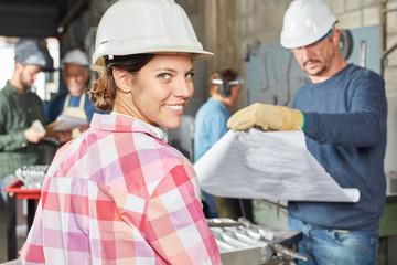 Junge Frau als Lehrling in Metallbau Betrieb