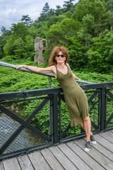 Femme sur le pont de Moulin sur Cance